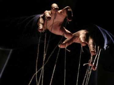 mains de marionnettiste
